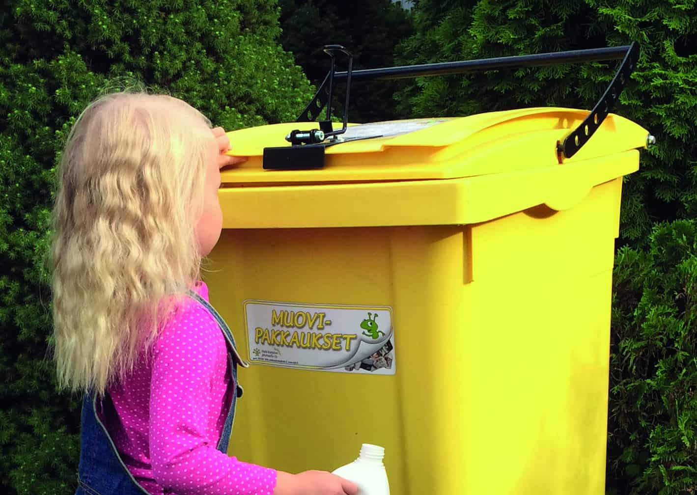Lapsi ja muovipakkaus