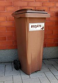 Ruskea 140-litrainen biojäteastia